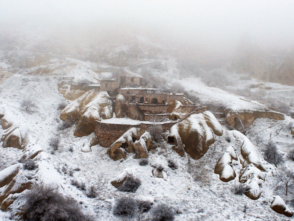 winter-sleep-2014-007-town-in-rocks-in-snow_1000x750